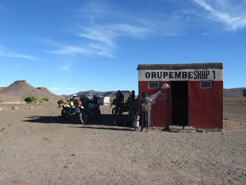 This little shop sells ice cold drinks in the middle of nowhere. (Photo: Wouter Brand)